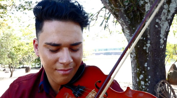 Zé Netto mistura o som erudito do violino com a música sertaneja (Foto: reprodução EPTV)