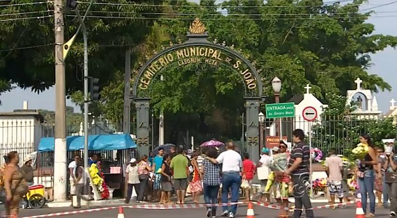 Movimento intenso no cemitério São João Batista, em Manaus (Foto: Amazônia TV)