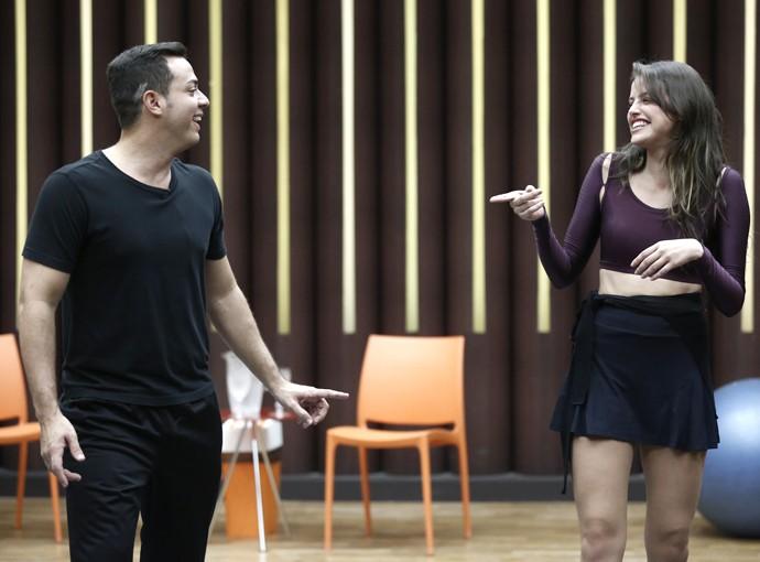Agatha Moreira e Leandro Azevedo mostram alegria no ensaio (Foto: Inácio Moraes / Gshow)