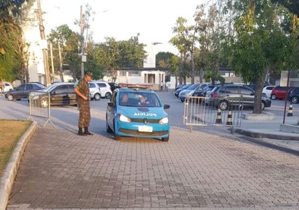 """Carro da polícia chega ao local logo após os tiroteio nos bastidores de """"Os Dias Eram Assim"""" (Foto: Reprodução)"""