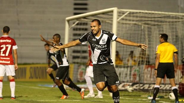 Roger gol Ponte Preta (Foto: Pedro Amatuzzi / Ag. estado)