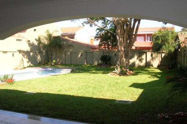 Quintal com gramado e piscina na casa onde viveu Roger Abdelmassih em Assunção, no Paraguai (Foto: Divulgação)