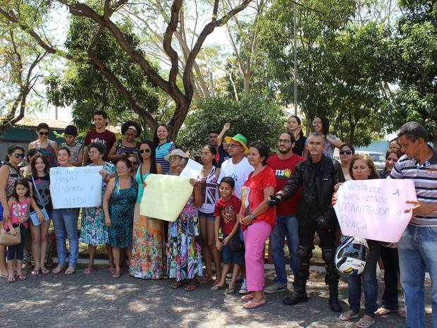 Moradores protestam contra construção de terminal  (Foto: Gustavo Almeida/G1)