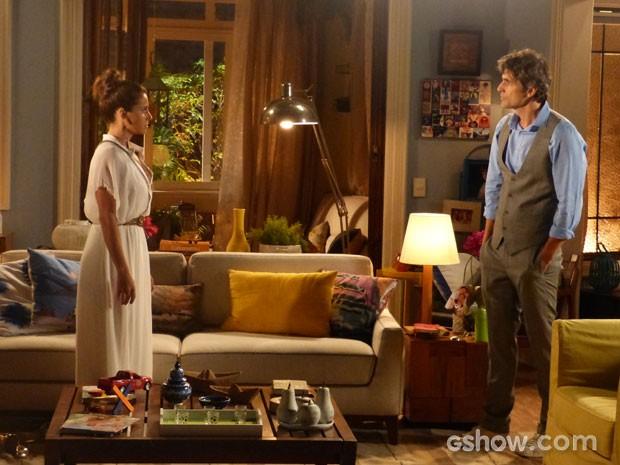 A conversa continua em casa e Cadu põe Clara contra a parede (Foto: Em Família/TV Globo)