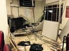 Ladrões trancam PMs em sede com cadeado e explodem caixas de bancos