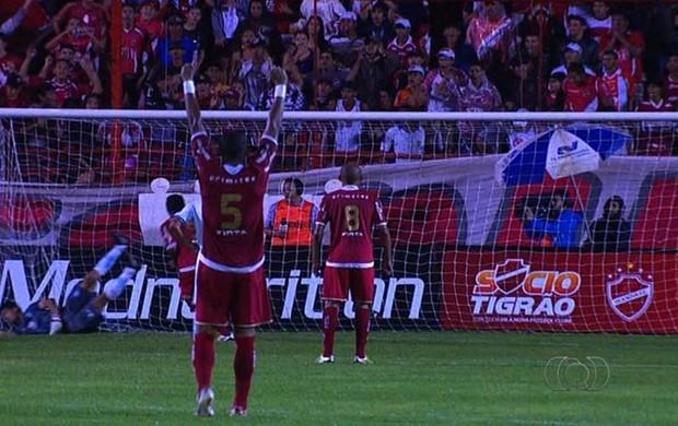 Gol do Vila Nova contra o Crac (Foto: Reprodução/TV Anhanguera)