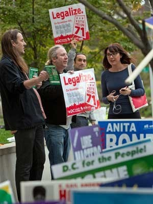 Voluntários pedem votos para legalizar a maconha em Washington DC (Foto: Allison Shelley / Getty Images / AFP Photo)