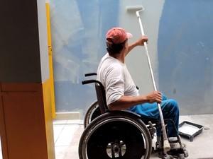 Hernesto trabalha na pintura interna de prédio (Foto: Luiz Ferreira/G1)