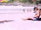 Grazi Massafera desfila seu barrigão de sete meses de gravidez em praia do Rio