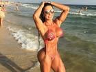 Gracyanne Barbosa posa de biquíni na praia e mostra corpo musculoso
