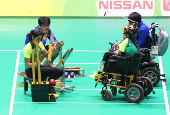 Descrição da imagem: Evelyn de Oliveira em ação contra coreano, pela classe BC3 da bocha (Foto: Clodoaldo Zafatoski/ANDE)