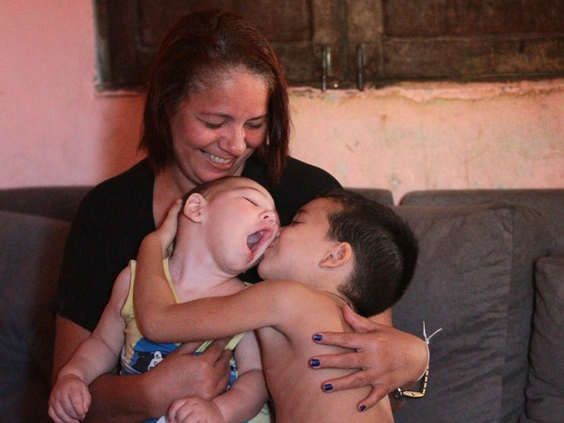 Carinho que a avó Maria Elizabeth e o irmão Miguel demonstram por Davi é imensurável  (Foto: Marlon Costa/Pernambuco Press)