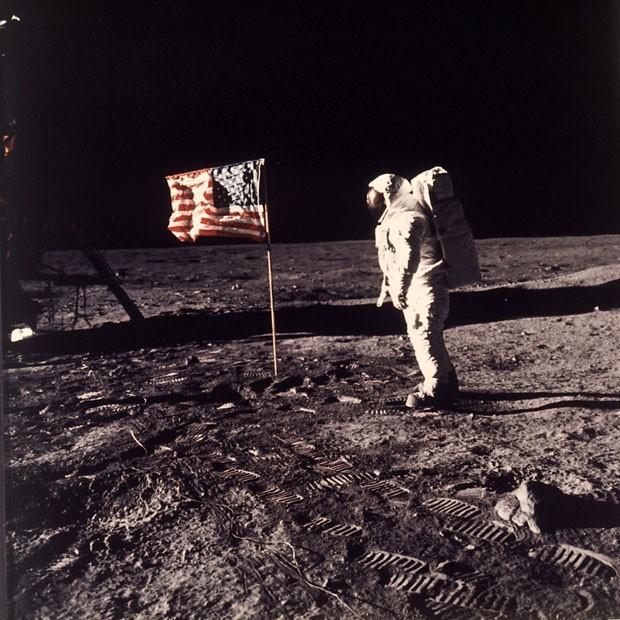 """Imagem de arquivo mostra o astronauta Edwin E. """"Buzz"""" Aldrin Jr. posando para fotografia na superfície da Lua próximo à bandeira dos Estados Unidos (Foto: Neil Armstrong/AP)"""