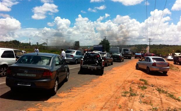Pista fechada pelos manifestantes causou engarrafamento na BR-406 (Foto: Matheus Magalhães/G1)