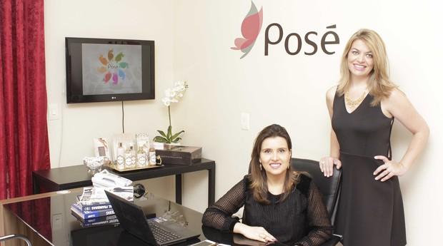 As sócias Karla (esq.) e Cláudia criaram a Posé com a principal ideia de ser um serviço rápido para os clientes (Foto: Adriana Fonseca)