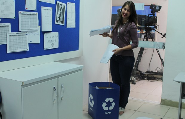 Consciência: funcionários colocam pápeis que não serão mais utilizados em caixas destinadas à reciclagem (Foto: Gabriela Canário)