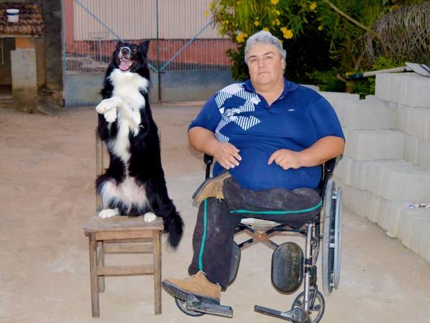 José Rubens e o cão Jack em Caçapava (Foto: Camilla Motta/G1)