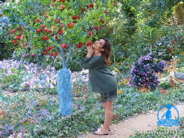 Wanessa adorou a macieira de Vila de Santa Fé  (Foto: Meu Pedacinho de Chão/TV Globo)