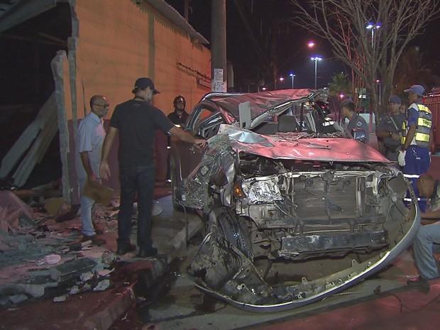 Carro foi totalmente destruído após perseguição (Foto: Reprodução/TV Tribuna)