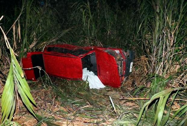 Segundo a polícia, crediarista deve ter perdido o controle do carro ao fazer uma curva em alta velocidade (Foto: Marcelino Neto/G1)