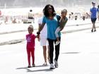 Glória Maria passeia com as filhas na orla do Rio
