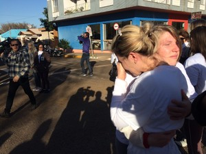 Manifestantes se abraçam antes da primeira audiência do Caso Bernardo (Foto: Caetanno Freitas/G1)
