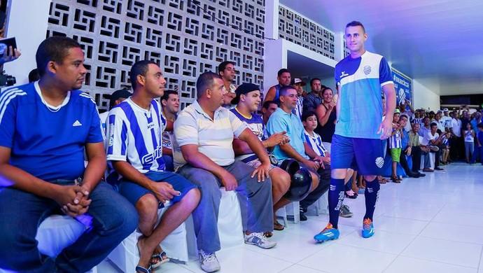 Nova camisa de treino do CSA para 2015 (Foto: Felipe Brasil/ Gazeta de Alagoas)
