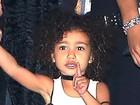 North West, filha de Kim Kardashian, faz pose para paparazzi após festa