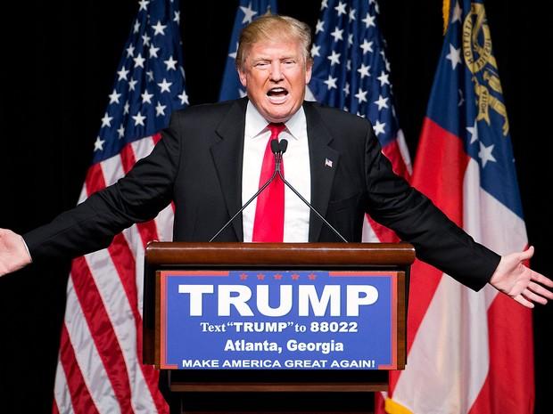 Donald Trump discursa em evento de campanha em Atlanta, na Geórgia, no domingo (21)