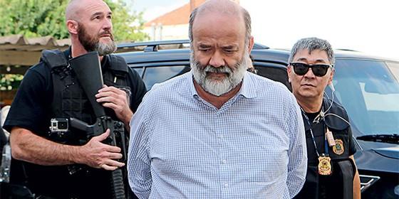 CABISBAIXO O tesoureiro João Vaccari Neto  preso, em Curitiba.  A postura dele foi bem diferente da empáfia dos presos do mensalão (Foto: Geraldo Bubniak/AGB/Folhapress)