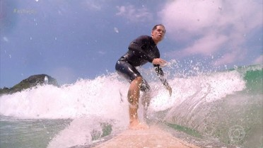 Leandro Hassum mostra boa forma em aula de surfe