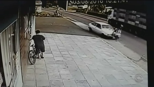 Motorista embriagado invade calçada e atropela mãe e filha em SC; vídeo