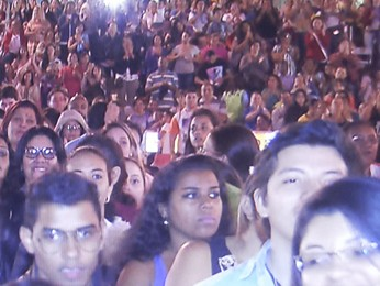 Fiéis em oração na festa de Pentecostes (Foto: TV Globo/ Reprodução)