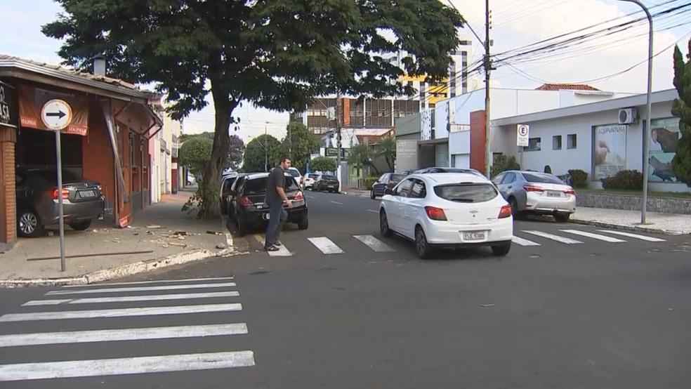 Veículo foi atingido por outro carro e arremessado para dentro do bar em Marília (Foto: Reprodução/TV TEM)