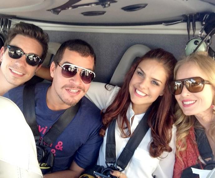 Ao lado de Di Ferrero, Thiago Martins e Paloma Bernardi, Angélica andoude helicóptero a caminho do Grand Canyon (Foto: Estrelas/TV Globo)
