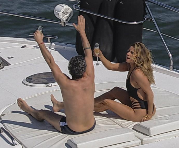 Atena continua fazendo o papel de ricaça, e Romero cai no teatrinho (Foto: TV Globo)