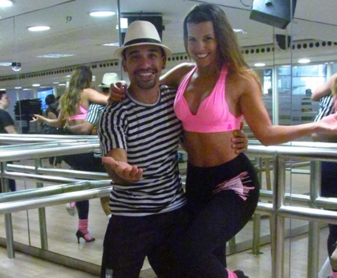 Renata e o professor Jasiel incentivam o samba fitness  (Foto: Arquivo Pessoal)
