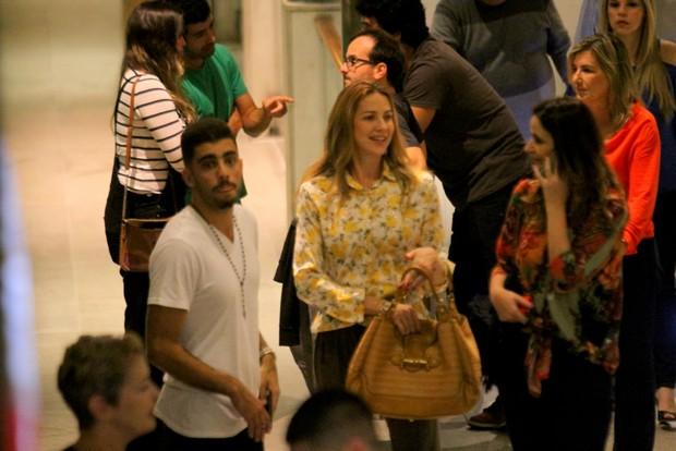 Pedro Scooby e Luana Piovani passeiam de mãos dadas em shopping no Rio (Foto: Daniel Delmiro / AgNews)