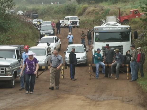 Manifestantes bloqueiam acesso à ponte que fica sobre o Rio da Várzea na RS-591 (Foto: Eder Calegari/RBS TV)