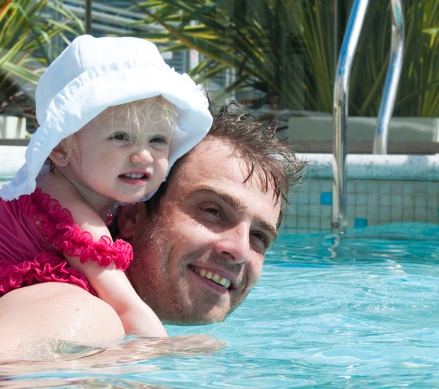 Pai e bebê na piscina (Foto: Shutterstock)