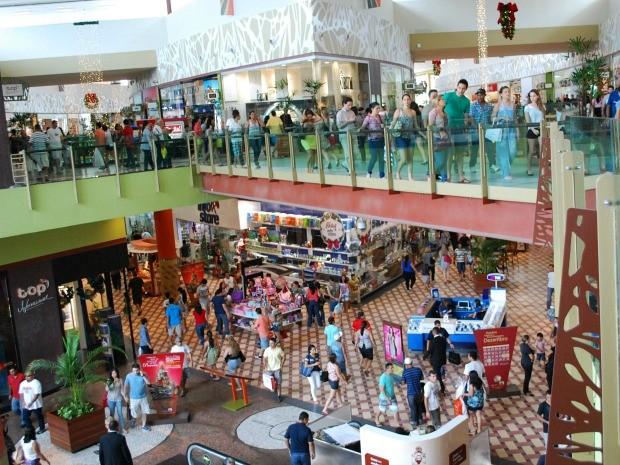 Movimentação no Manauara Shopping na manhã desta terça-feira (24) (Foto: Jamile Alves/G1 AM)