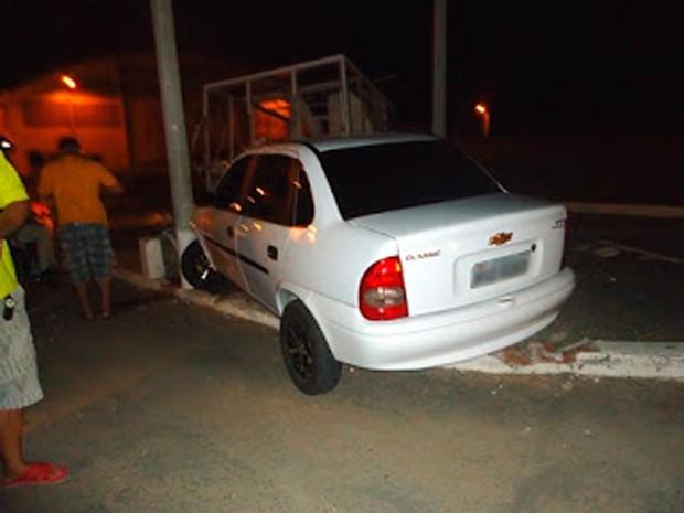 Assaltantes de bordel perderam controle e bateram carro em base da polícia (Foto: Jaime Júnior)