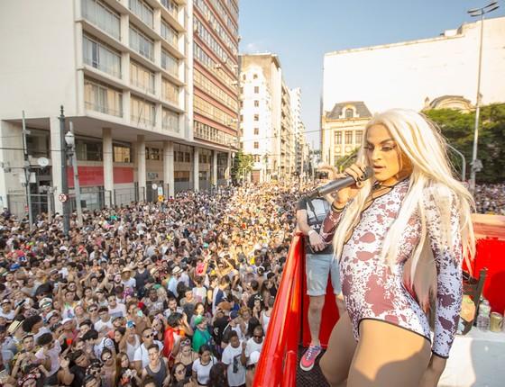 A drag queen Pabllo Vittar canta para foliões num bloco em São Paulo (Foto: Victor Vivacqua/Papel Pop)