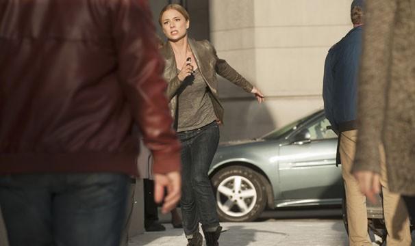 Emily corre para salvar a vida de seu grande amor (Foto: Divulgação / Disney Media Distribution)