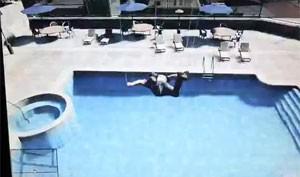 Saltos na piscina trazem situações engraçadas que são mostradas em vídeo (Foto: Reprodução/YouTube)