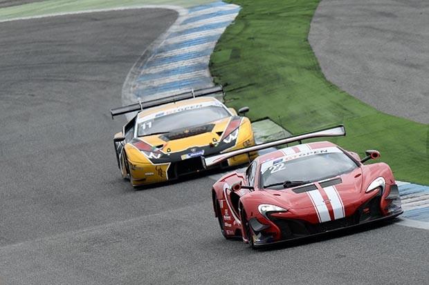 McLaren da dupla Balfe e Bell em P4 na corrida 2 (Foto: Divulgação/FOTOSPEEDY)