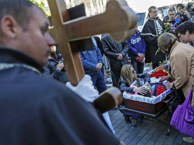 Funeral de ativista pró-Ucrânia morto em confrontos no final de semana. (Foto: Gleb Garanich / Reuters)