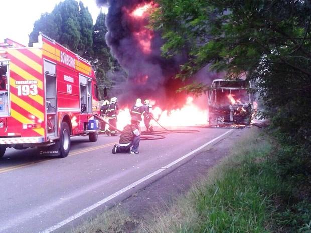 Bombeiros combateream o fogo nesta manhã (Foto: Naim Campos/RBS TV)
