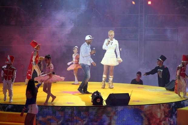 Xuxa com Buchecha (Foto: Thyago Andrade/Photorio News)