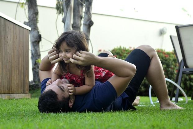 Jonathan Costa e filha Maithe (Foto: Roberto Teixeira / EGO)